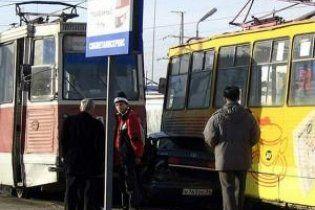 У Луганську два трамваї розчавили автомобіль