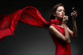 Женщины в красном подстрекают мужчин к флирту