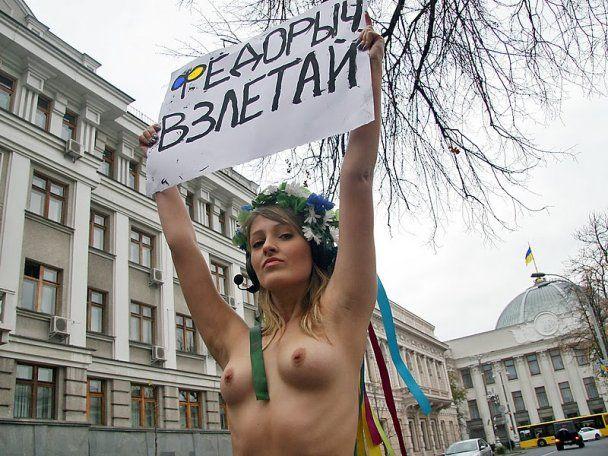 Активистка FEMEN обнажилась под Верховной радой