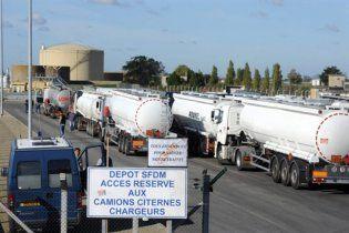 Нафтові заводи у Франції припинили страйк проти пенсійної реформи