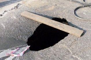 У Києві жінка провалилася під асфальт у киплячу воду