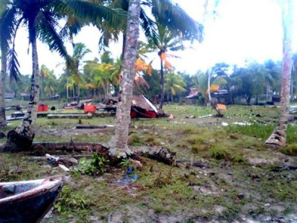Число жертв цунами в Индонезии растет