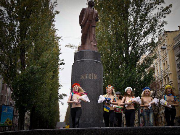 Дівчата з FEMEN роздягнулись проти Путіна