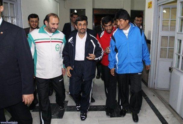 Ахмадинежад сыграл в футбол с Моралесом