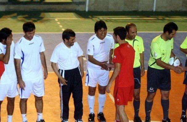 Ахмадінежад зіграв у футбол з Моралесом