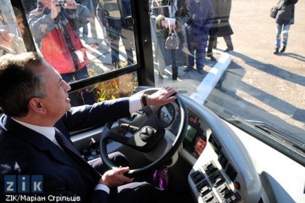 Колесников за рулем автобуса въехал в машину ГАИ