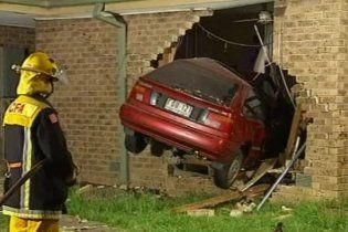 Житель Австралії вранці виявив на своєму ліжку автомобіль