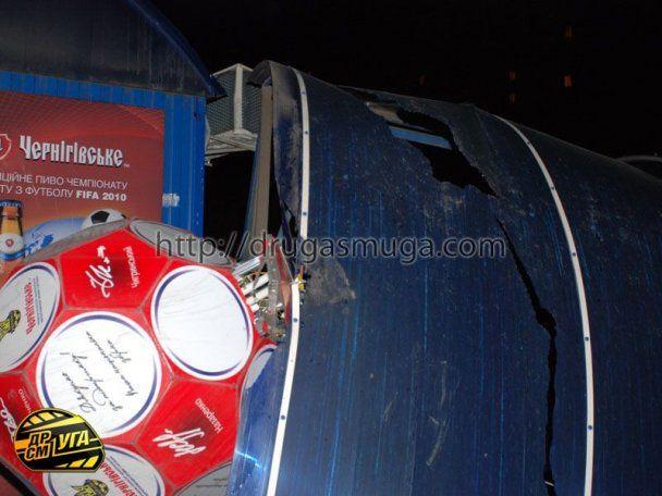 В Киеве Porsche Cayenne врезался в маршрутку и снес остановку