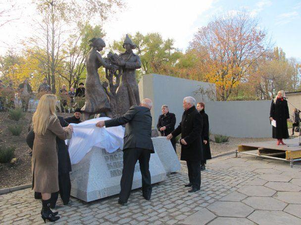 У Дніпропетровську встановили пам'ятник комсомольцям