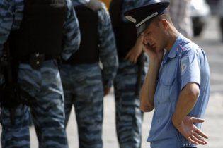 Возле Администрации президента собираются активисты и милиция