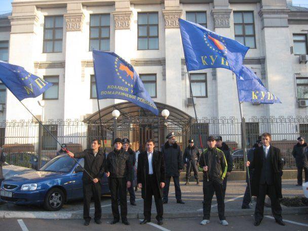 """""""Помаранчеві революціонери"""" атакували посольство Росії з болгаркою"""