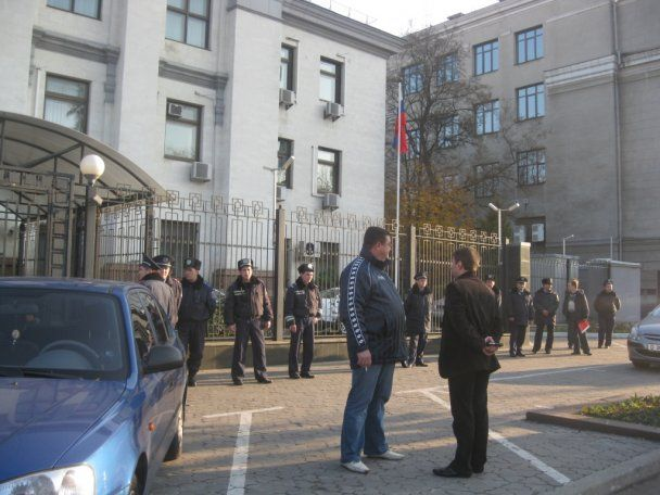 """""""Оранжевые революционеры"""" атаковали посольство России с болгаркой"""