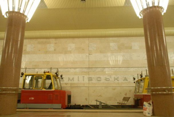 Янукович та Азаров покатаються в київському метро