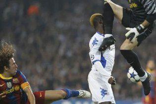 """Воротар """"Барселони"""" відправив футболіста у нокдаун (відео)"""