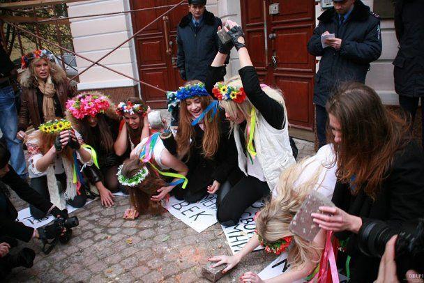 Одягнені FEMEN намагалися закидати камінням посольство Ірану