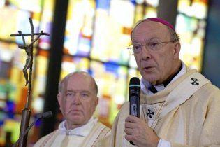 Во время мессы архиепископ Бельгии получил торт в лицо