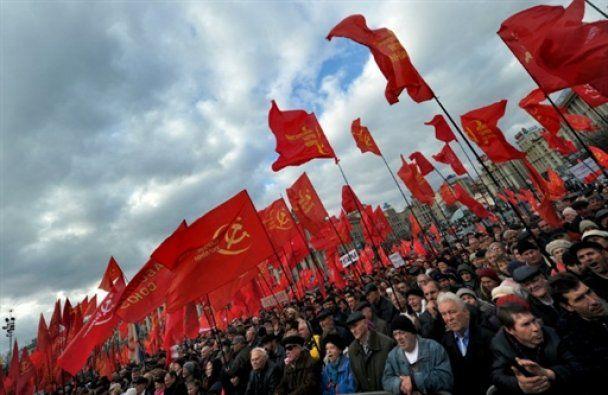 Драка революционеров у памятника Ленину в Киеве