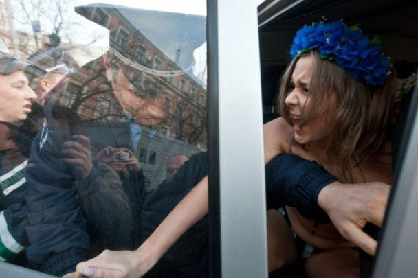 Оголених дівчат з FEMEN затримали біля ГУ МВС
