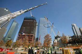 В Нью-Йорке на месте башен-близнецов испытали мемориальный водопад