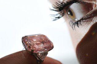 На торгах в Женеве продан самый дорогой в мире бриллиант