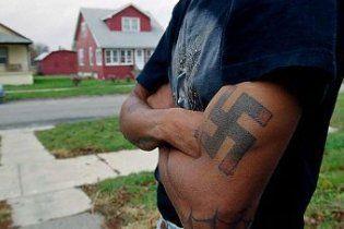 У шведському фастфуді дитині подарували татуювання зі свастикою