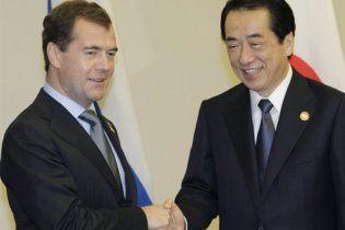 Медведев пожал руку премьеру Японии и добавил, що Курилы не отдаст