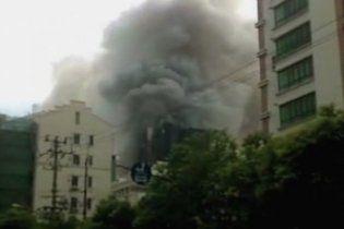 У Шанхаї горить 28-поверховий хмарочос: є жертви