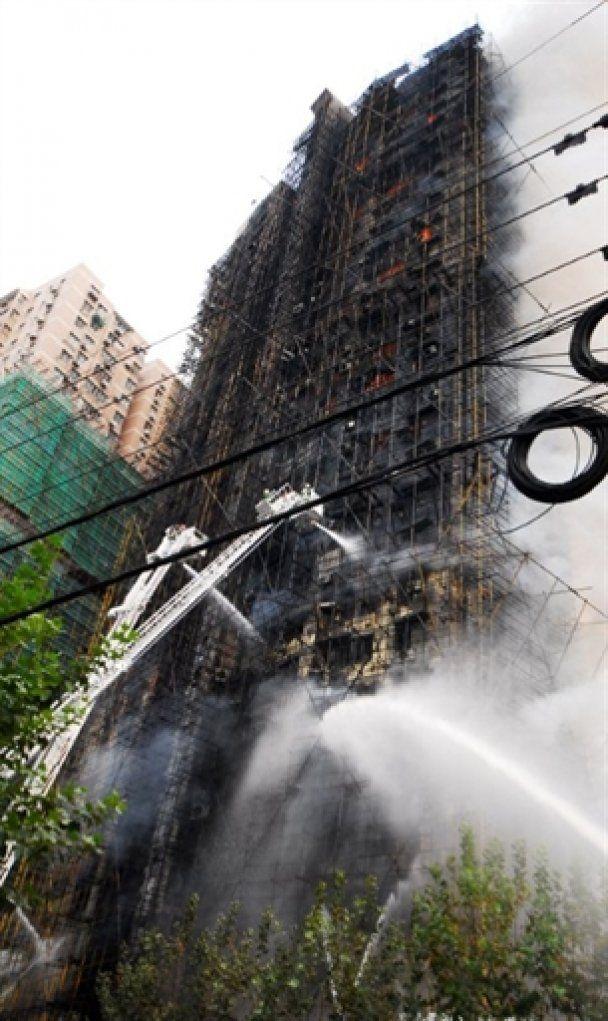 Пожежа у шанхайському хмарочосі: півсотні жертв