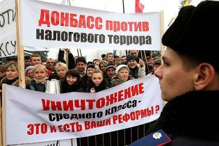 Предприниматели обратились к Януковичу и забросали Раду бутылками и помидорами