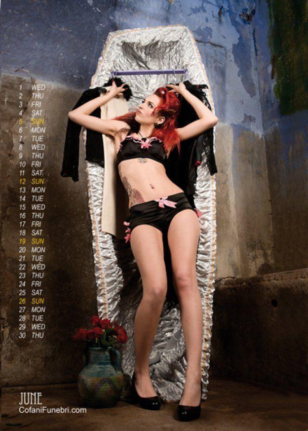 Итальянский гробовщик выпустил эротический календарь