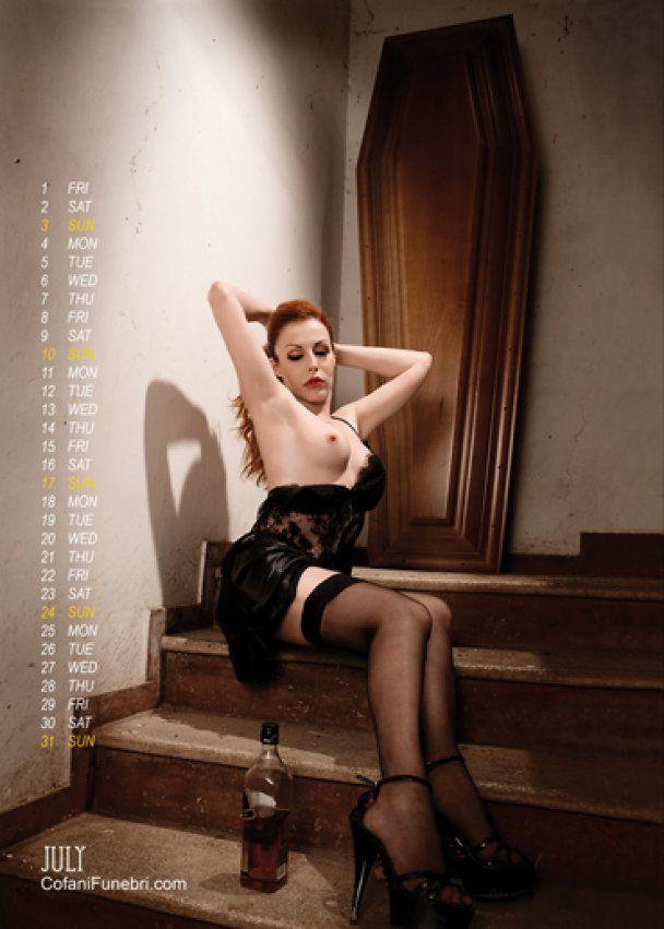 Італійський трунар випустив еротичний календар