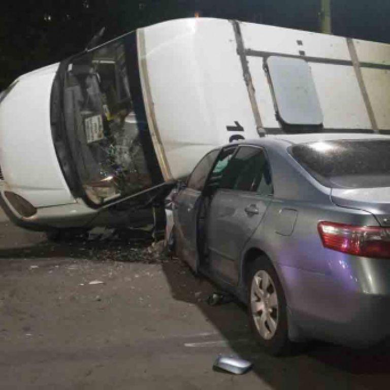 В Сумах маршрутка перевернулась на легковой автомобиль, который ее протаранил