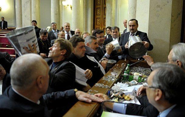 Засідання Верховної ради відкрилося бійкою (фото)