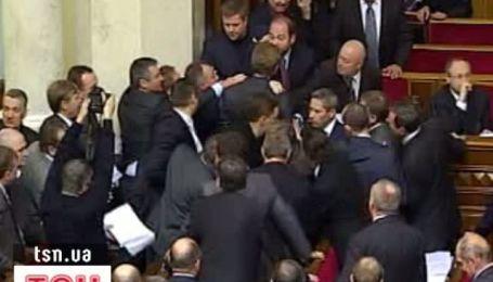 Заседание Верховной рады открылось дракой