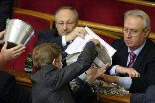 Янукович пообещал повышение зарплат чиновникам