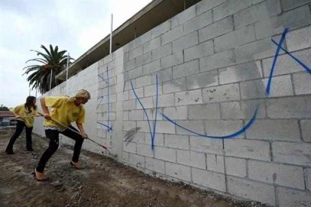 Періс Хілтон пофарбувала паркан на підборах