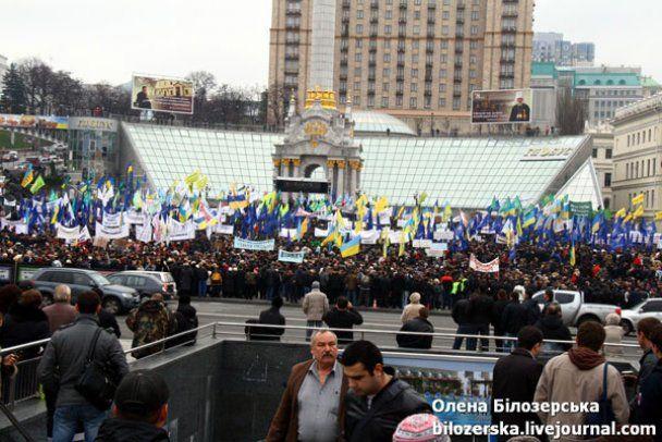 Тисячі мітингувальників прийшли до Януковича