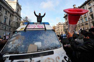 Протестующие студенты в Лондоне напали на машину принца Чарльза