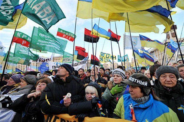 Тысячи митингующих заблокировали центр Киева