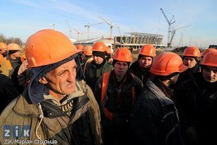 Будівельників стадіону Євро-2012 у Львові звільнили через страйк