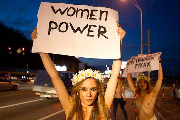 Голые девушки из FEMEN вышли на трассу