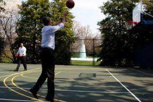 Обама разбил губу на баскетболе: наложили 12 швов