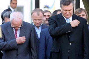 Янукович з Азаровим вшанували жертв Голодомору