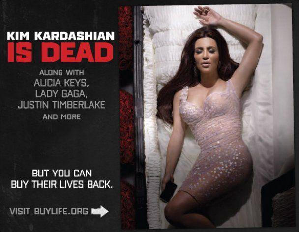 Lady GaGa та Кім Кардашян лягли у труну
