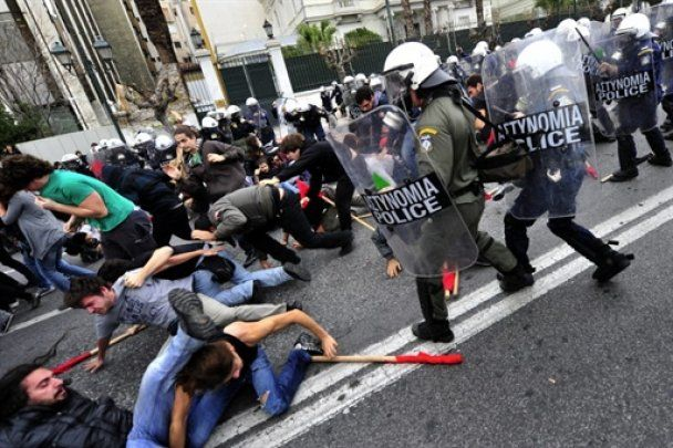 Грецькі студенти зіткнулись з поліцією, є постраждалі