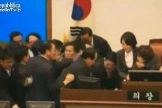Депутаты Южной Кореи подрались за бесплатную еду