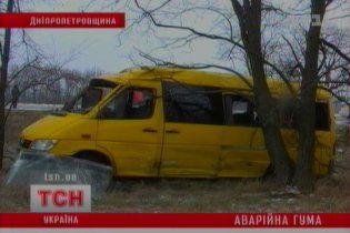 На Днепропетровщине перевернулась маршрутка: шесть пострадавших