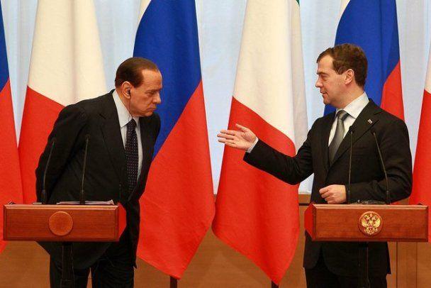 Берлусконі з Путіним і Мєдвєдєвим оглянув літак і пофліртував із стюардесами