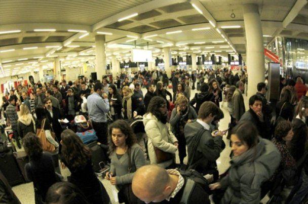 В испанских аэропортах из-за забастовки диспетчеров застряли тысячи людей