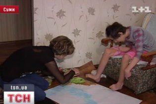 У Сумах 14-річна дівчинка із діагнозом ДЦП пише картини пальцями ніг